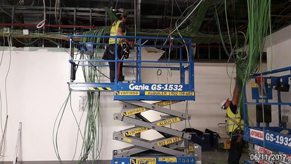Electricistas en plataforma elevadora PEMP